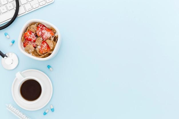 Schüssel mit früchten zum frühstück auf dem medizinischen schreibtisch