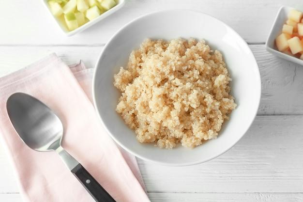 Schüssel mit gekochtem quinoa auf dem küchentisch