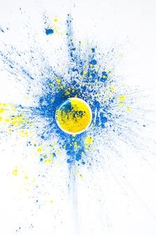 Schüssel mit gelber farbe auf blauen trockenen farben