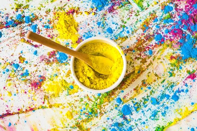 Schüssel mit gelber trockener farbe zwischen hellen farben