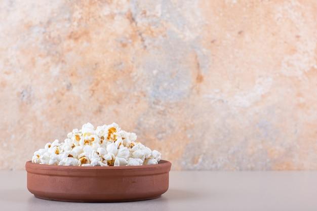 Schüssel mit gesalzenem popcorn für filmabend auf weißem hintergrund. foto in hoher qualität