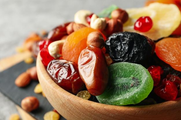 Schüssel mit getrockneten früchten und nüssen, nahaufnahme