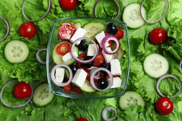 Schüssel mit griechischem salat und zutaten