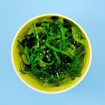 Schüssel mit grünem meerespflanzensalat