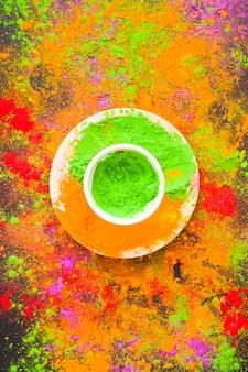 Schüssel mit grünem pulver auf platte