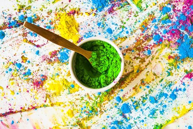 Schüssel mit grüner trockener farbe zwischen hellen farben