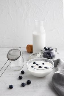 Schüssel mit joghurt und blaubeeren