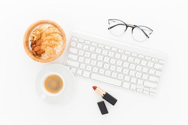 Schüssel mit joghurt zum frühstück neben der tastatur