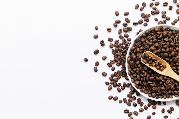 Schüssel mit kaffeebohnen lokalisiert auf weiß