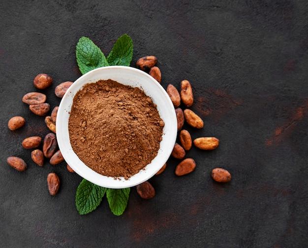 Schüssel mit kakaopulver und bohnen