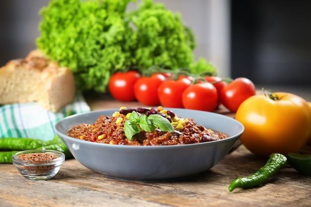 Schüssel mit leckerem chili con carne auf dem tisch