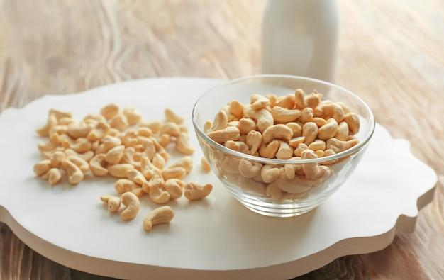 Schüssel mit leckeren cashewnüssen auf dem tisch