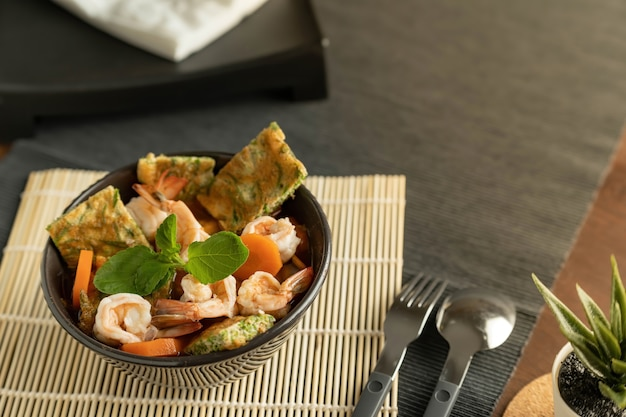 Schüssel mit meeresfrüchtesalat auf dem tisch