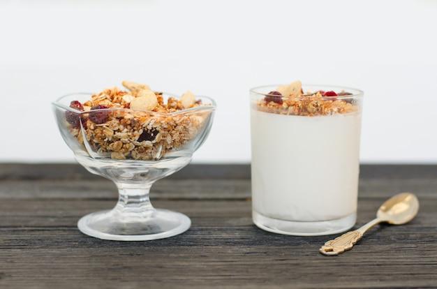 Schüssel mit müsli und joghurt mit müsli und obst. gesundes frühstück.