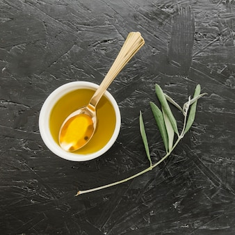 Schüssel mit olivenöl und löffel