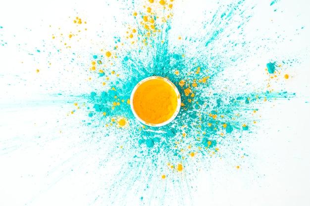 Schüssel mit orange farbe auf trockenen farben des aquamarins