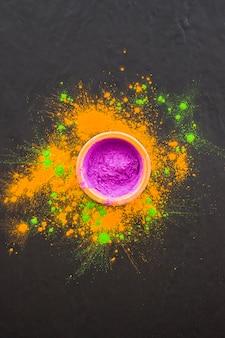 Schüssel mit purpurrotem pulver auf tabelle