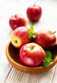 Schüssel mit roten äpfeln