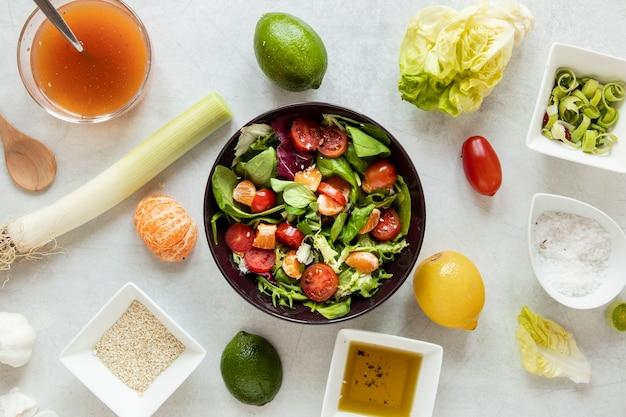 Schüssel mit salat und suppen