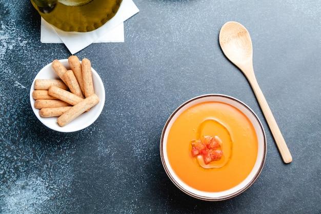 Schüssel mit salmorejo, eine typisch spanische tomatensuppe ähnlich der gazpacho