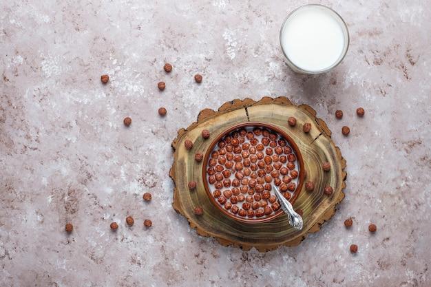 Schüssel mit schokoladenbällchen und milch, draufsicht