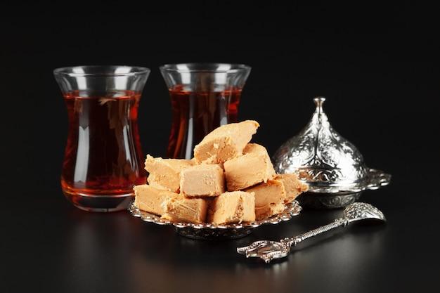 Schüssel mit stücken türkischen köstlichkeiten