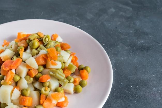 Schüssel mit traditionellem russischem salat