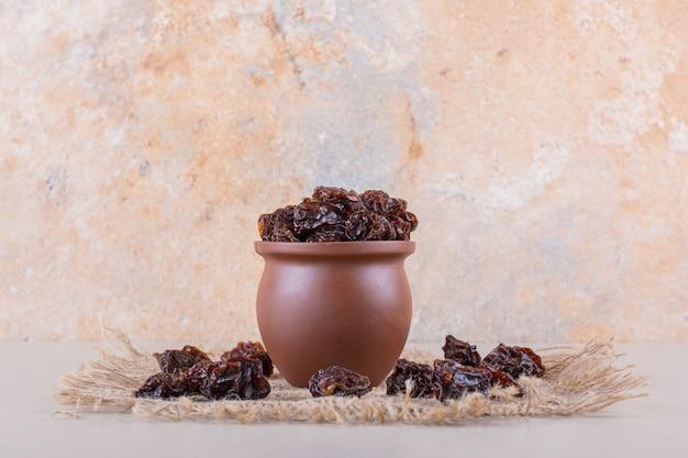 Schüssel mit trockenen pflaumenfrüchten auf weißem hintergrund. hochwertiges foto