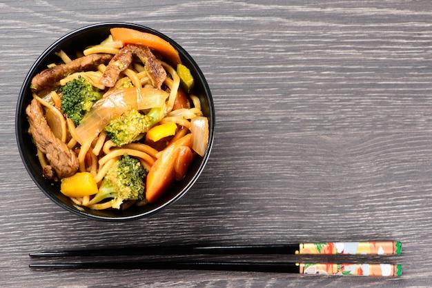 Schüssel mit yakisoba und hashi