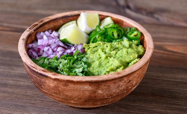 Schüssel mit zutaten für guacamole