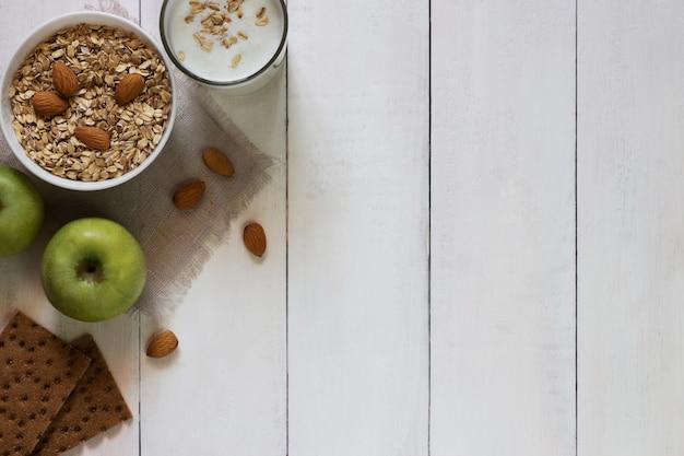 Schüssel müsli, joghurt und äpfel