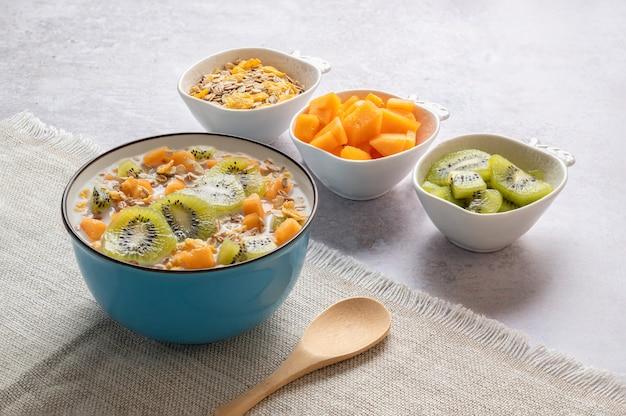 Schüssel müsli milch und obst, leckeres gesundes frühstück