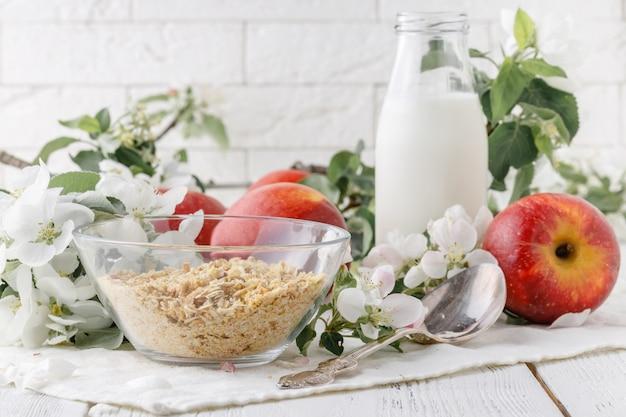 Schüssel müsli mit joghurt und frischem obst für ein gesundes frühstück