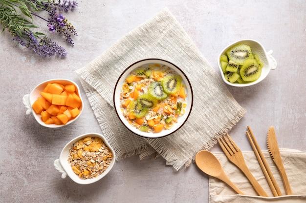 Schüssel müsli mit milch und früchten köstliches gesundes frühstück hohe ansicht