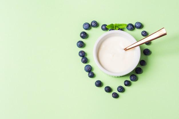 Schüssel natürlicher joghurt und neues blaubeerherz