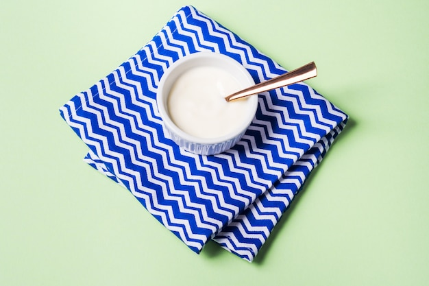 Schüssel naturjoghurt und frische blaubeeren