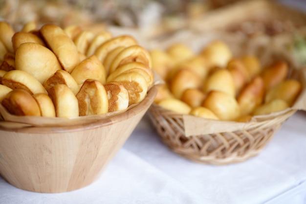 Schüssel ofen frisch gebackene pastetchen, russische pirozhki