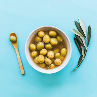 Schüssel oliven auf blauem hintergrund