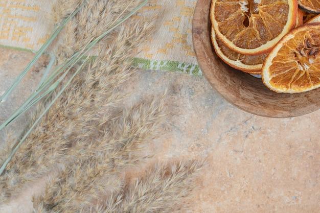 Schüssel orangenscheiben mit tischdecke auf marmorhintergrund.