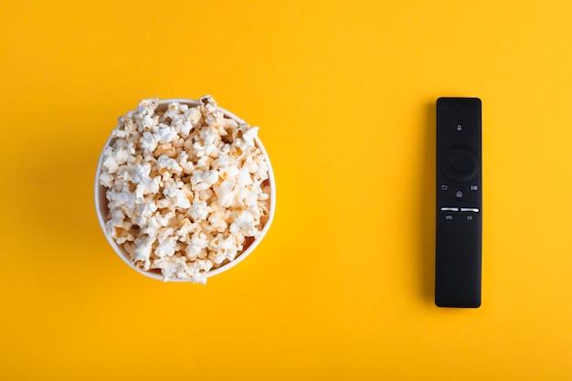 Schüssel popcorn, fernseher mit fernbedienung