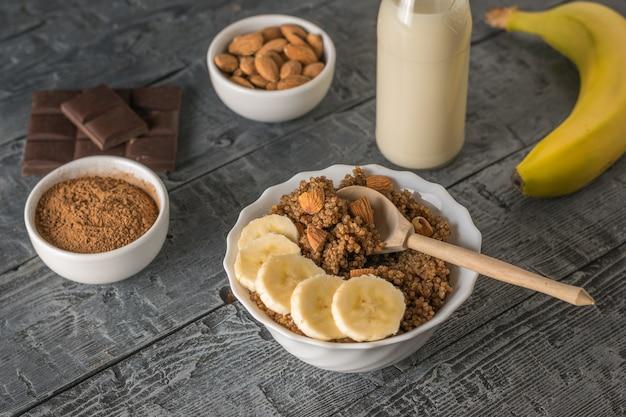 Schüssel quinoa brei mit schokolade und mandelmilch. gesunde ernährung.