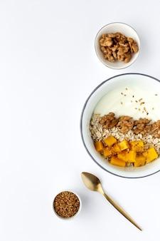 Schüssel selbst gemachtes granola mit joghurt und getreide