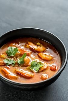 Schüssel thailändisches gelbes curry mit meeresfrüchten