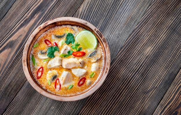 Schüssel tom kha kai - thai hühnchen kokosnusssuppe