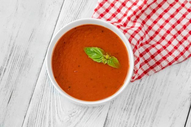 Schüssel tomatencremesuppe auf dem holztisch