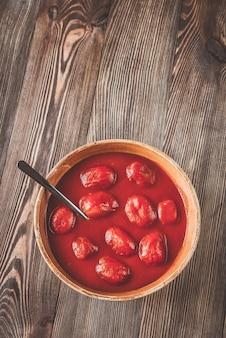 Schüssel tomatenkonserven