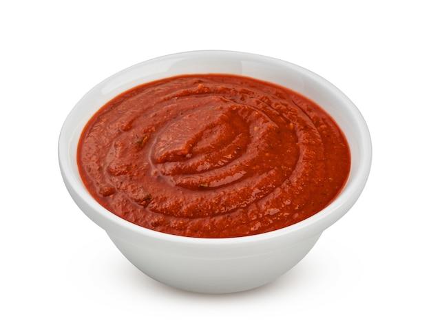 Schüssel tomatensuppe isoliert auf weißem hintergrund