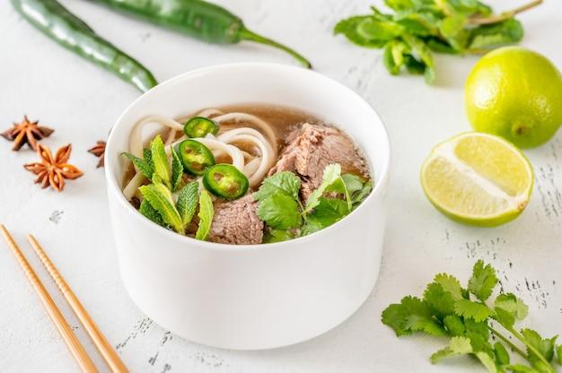 Schüssel vietnamesische suppe rindfleisch pho (pho bo)