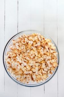 Schüssel voll süßes und leckeres popcorn