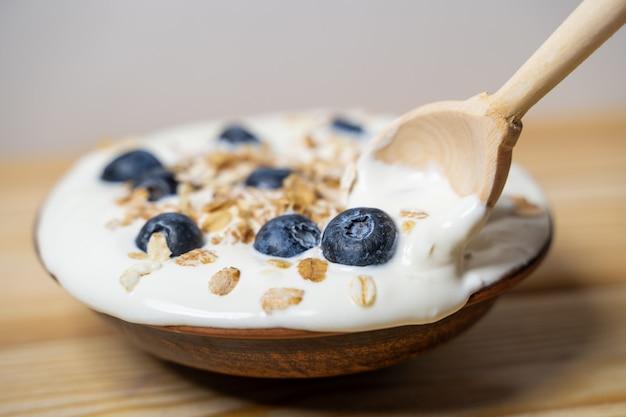 Schüssel vollkornmüsli mit blaubeeren und joghurt